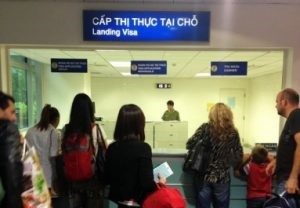 """您將看到命名為""""落地簽證""""的辦公室(英字:""""Landing Visa"""")"""